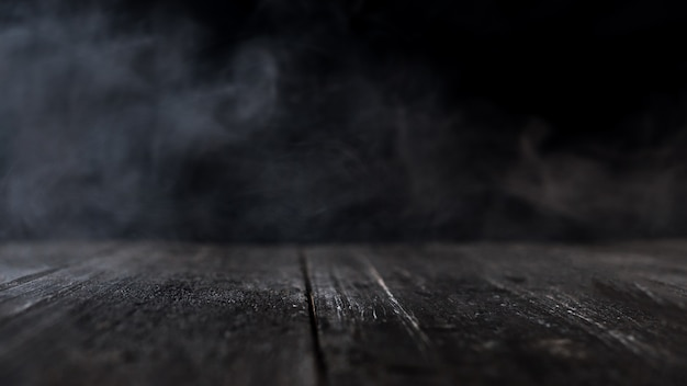 Mesa de madera con humo oscuro Foto Premium