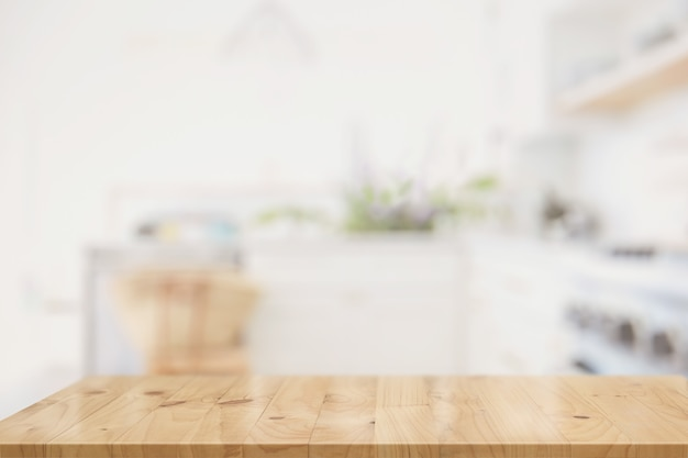 Mesa de madera en el interior de la sala de cocina para montaje de productos Foto Premium