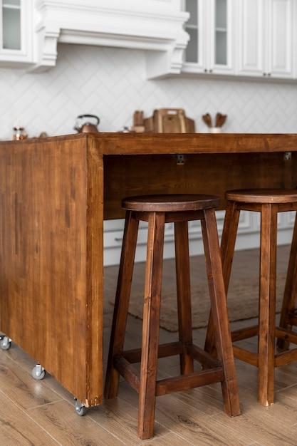 Mesa de madera con ruedas en cocina Foto gratis