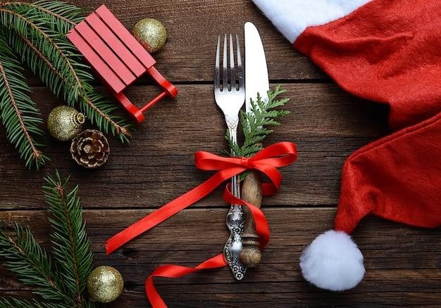 Mesa navideña ambientada y sombrero de santa claus. Foto Premium