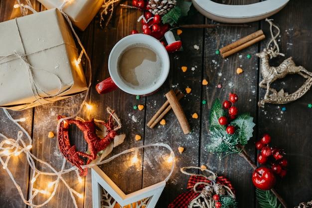 Mesa navideña con vista superior del café Foto gratis