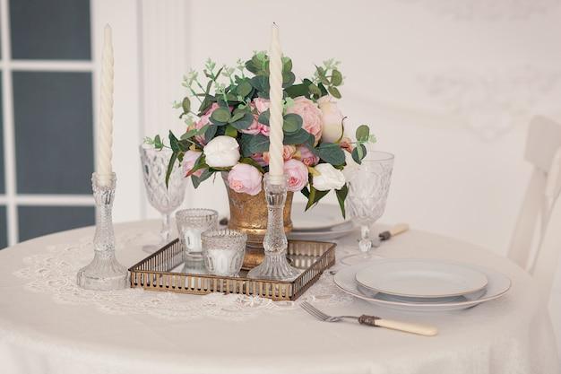 Mesa para la novia y el novio con la decoración, cristales y flores. Foto gratis