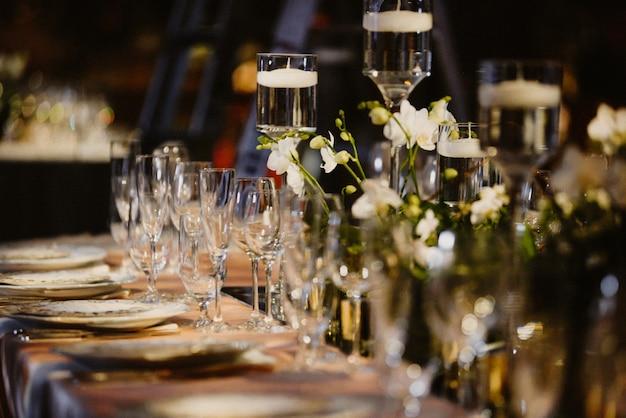Mesa puesta con foco en copas y platos Foto gratis