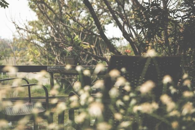 Mesa Redonda De Madera En La Terraza De La Casa Foto Premium