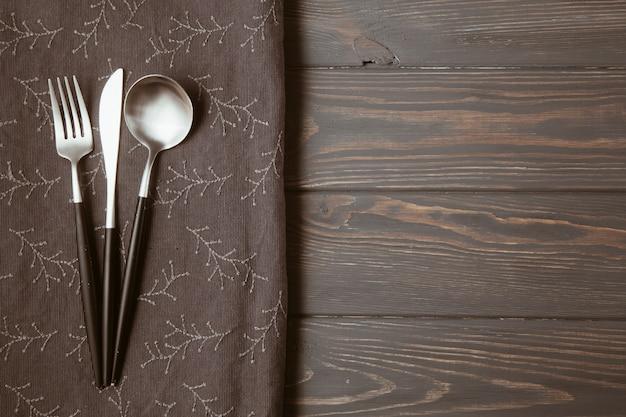 Mesa de restaurante con cubiertos Foto gratis