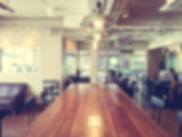 Mesa de reuniones de madera desenfocada Foto gratis