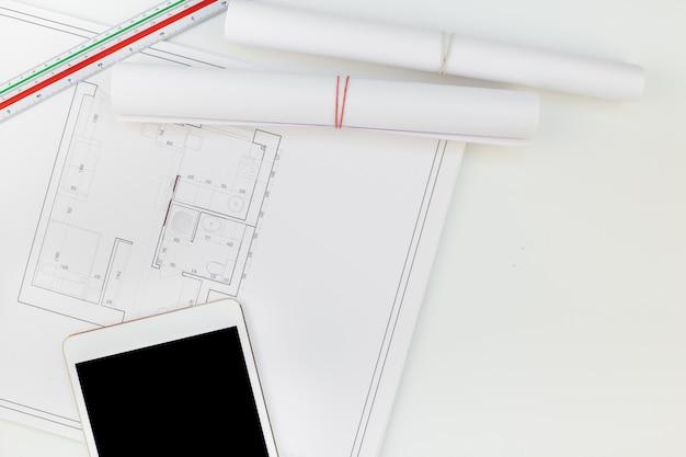 Mesa de trabajo interiorista con plano de casa. Foto Premium
