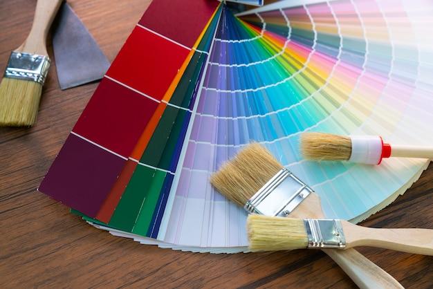 Mesa de trabajo de pintor y decorador con proyecto de casa - Decorador de fotos gratis ...