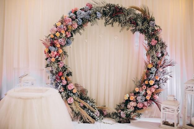 Mesas de boda decoradas y salón interior Foto gratis
