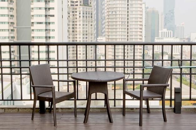 Mesas Y Sillas Vacías En La Terraza Con Vistas Al Edificio