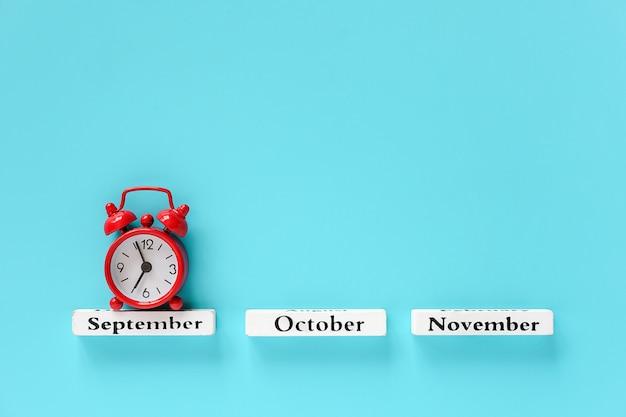 Meses de otoño y despertador rojo Foto Premium