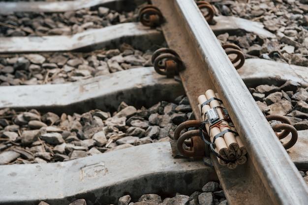 Metal oxidado. bomba de tiempo en el ferrocarril durante el día al aire libre. concepción de terrorismo y peligro Foto gratis