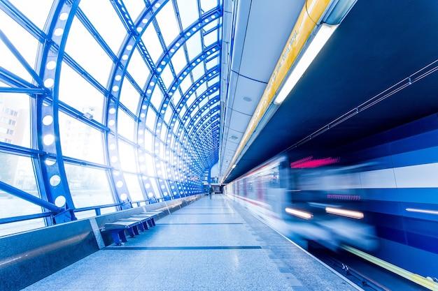 El metro llega a la estación de metro en movimiento Foto gratis
