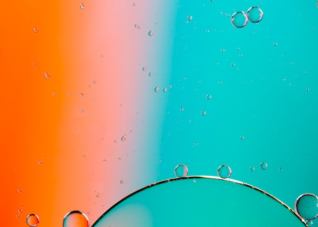 Mezcla de agua y aceite sobre un fondo abstracto líquido coloreado Foto gratis