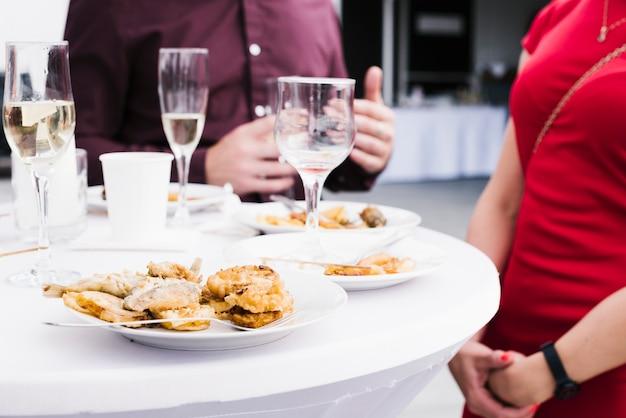 Mezcla de alimentos y bebidas en la mesa. Foto gratis