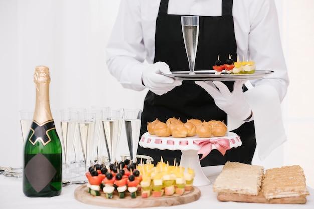 Mezcla de bocadillos y bebidas en la mesa. Foto gratis