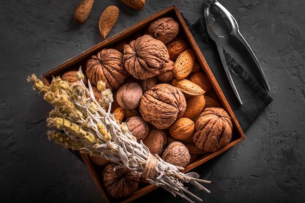 Mezcla de nueces y semillas en caja Foto gratis