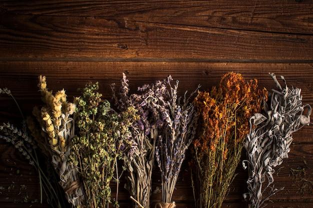 Mezcla plana de plantas herbales Foto gratis