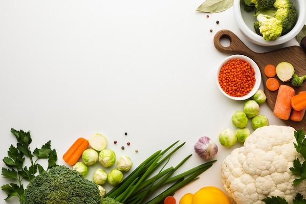Mezcla plana de verduras con espacio de copia Foto Premium