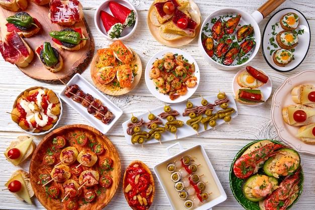 Mezcla de tapas y pinchos de comida de españa. Foto Premium