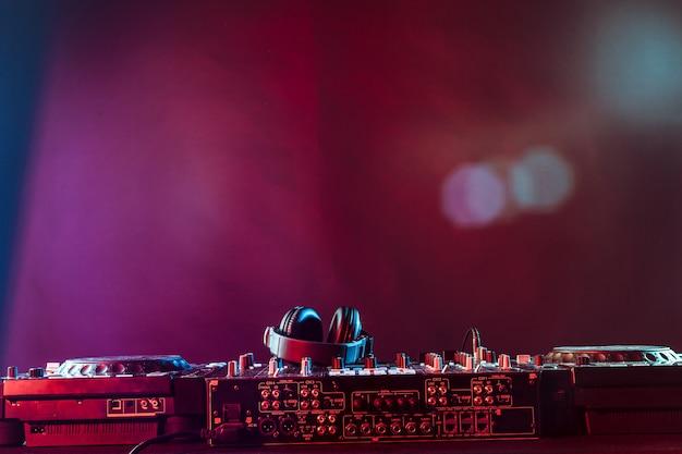 Mezclador de audio sobre fondo oscuro Foto Premium