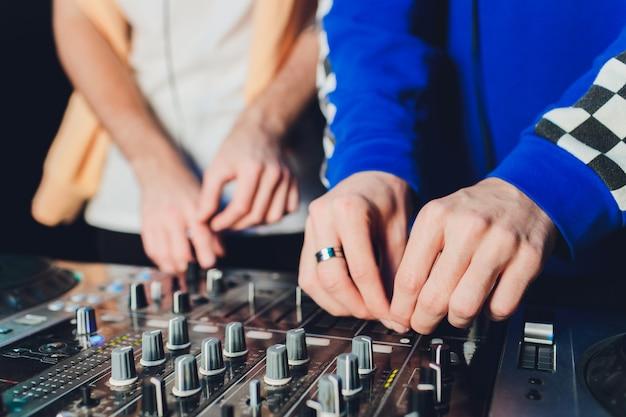 El mezclador control remoto para grabación de sonido. ingeniero de sonido en el trabajo en el estudio. amplificador de sonido mezclador ecualizador de consola. grabar canciones y voces. mezclando pistas. equipo de sonido. trabajar con músicos. dj. Foto Premium