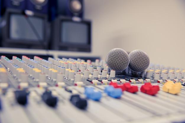 Mezclador de sonido y micrófonos relacionados en la sala de reuniones. Foto Premium
