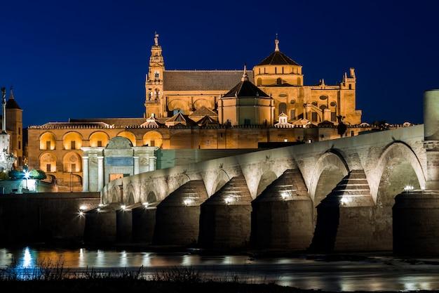 Mezquita y puente romano Foto Premium