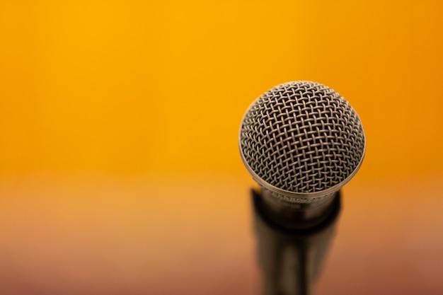 Micrófono en amarillo Foto gratis