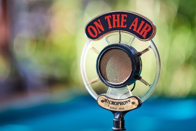 Micrófono antiguo para podcast Foto Premium