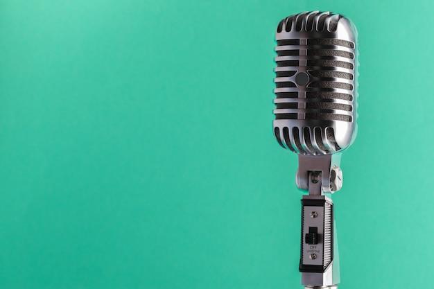 Micrófono de audio estilo retro. Foto Premium