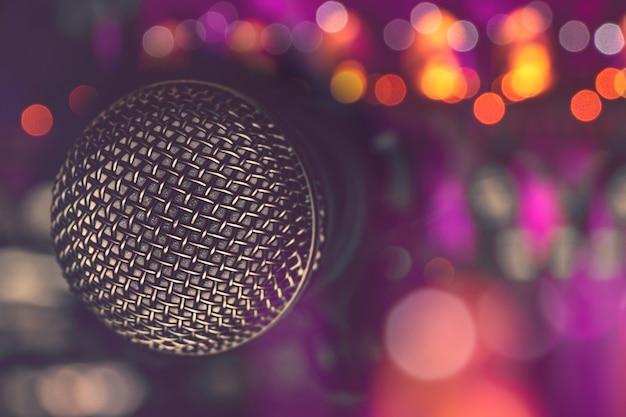 Micrófono en bar para karaoke, vida nocturna. Foto Premium