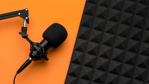 Micrófono y espuma de aislamiento acústico Foto gratis