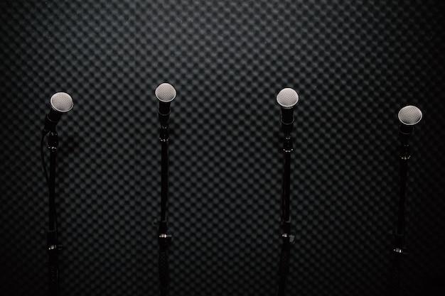 Micrófono en estudio de música para la práctica del músico o grabar la música. Foto Premium