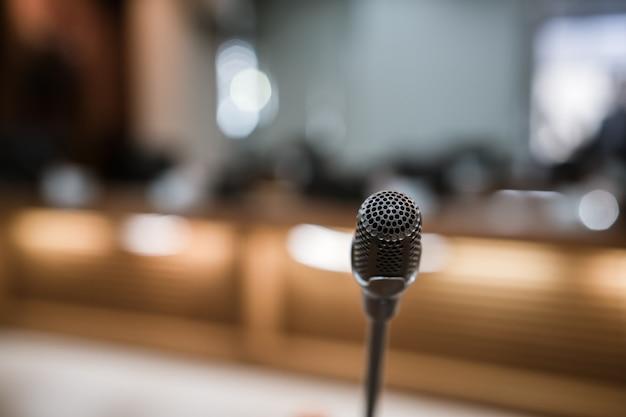 Micrófono en sala de conferencias Foto Premium