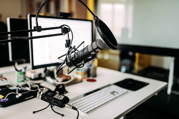 Micrófono sobre escritorio en estudio de radio. Foto Premium