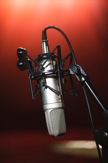 Micrófono de vista frontal en un soporte Foto gratis