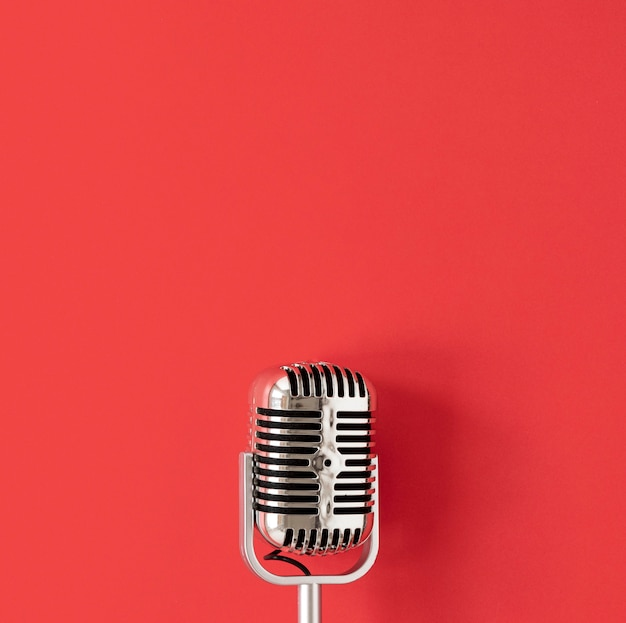 Micrófono de vista superior sobre fondo rojo Foto gratis