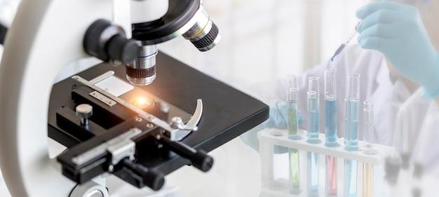 Microscopio con lente de metal en laboratorio Foto Premium