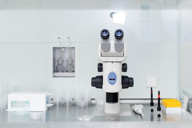 Microscopio moderno en laboratorio de biotecnología. equipo en laboratorio de fertilización. Foto Premium