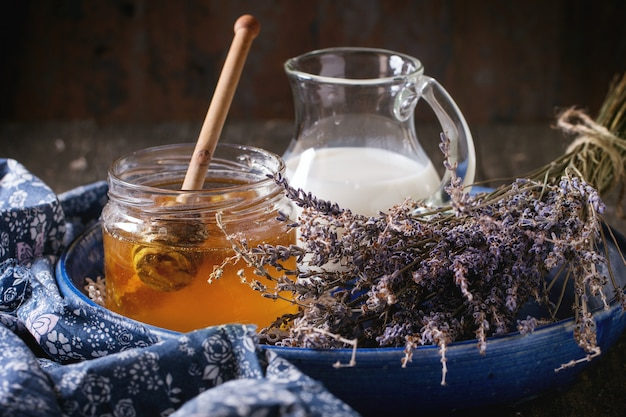 Miel, leche y lavanda. Foto Premium
