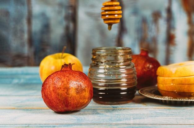 Miel, manzana y granada símbolos festivos tradicionales rosh hashanah jewesh holiday Foto Premium
