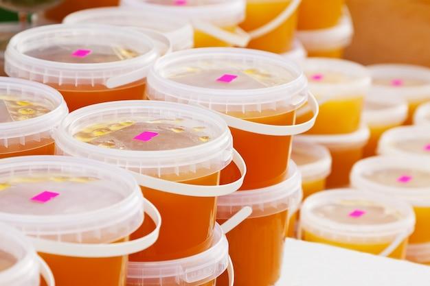 Miel en el mostrador en el mercado Foto gratis