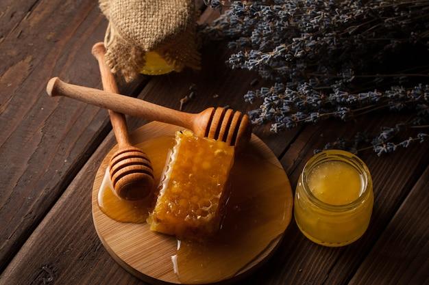 Miel sobre fondo de madera. Foto Premium