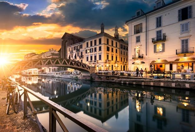 Milano por la noche calles y cafeterías Foto Premium