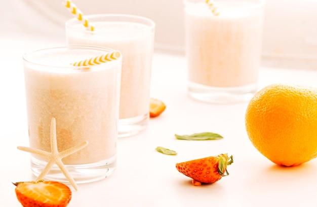 Milkshake servido con bayas y frutas. Foto gratis