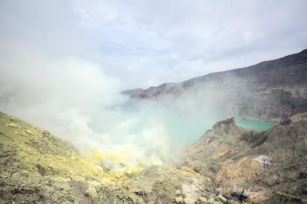 Mina de azufre en el volcán khawa ijen Foto Premium