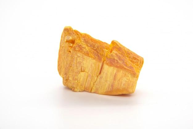 Mineral de oropimente - sulfuro de arsénico aislado en blanco Foto Premium