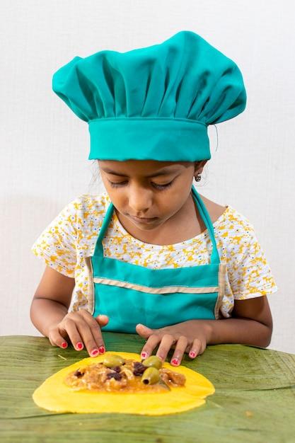 Mini chef preparando típicas hallacas venezolanas Foto Premium