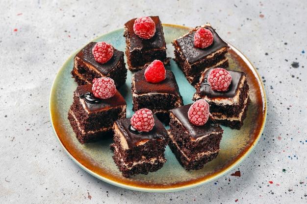 Mini pasteles de chocolate caseros sabrosos Foto gratis